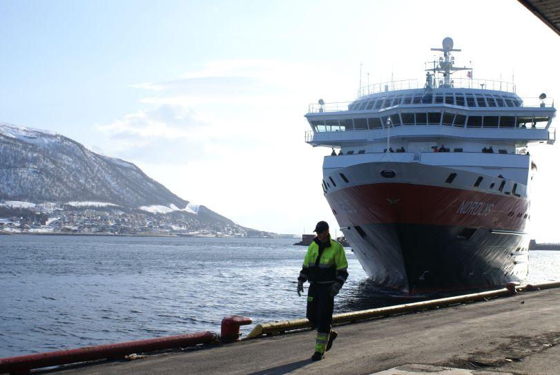 "Hurtigruta ""Nordlys"" legger til kai i Tromsø. Foto: R.T. Enoksen"