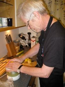 Rolf Terje i sving på kjøkkenet