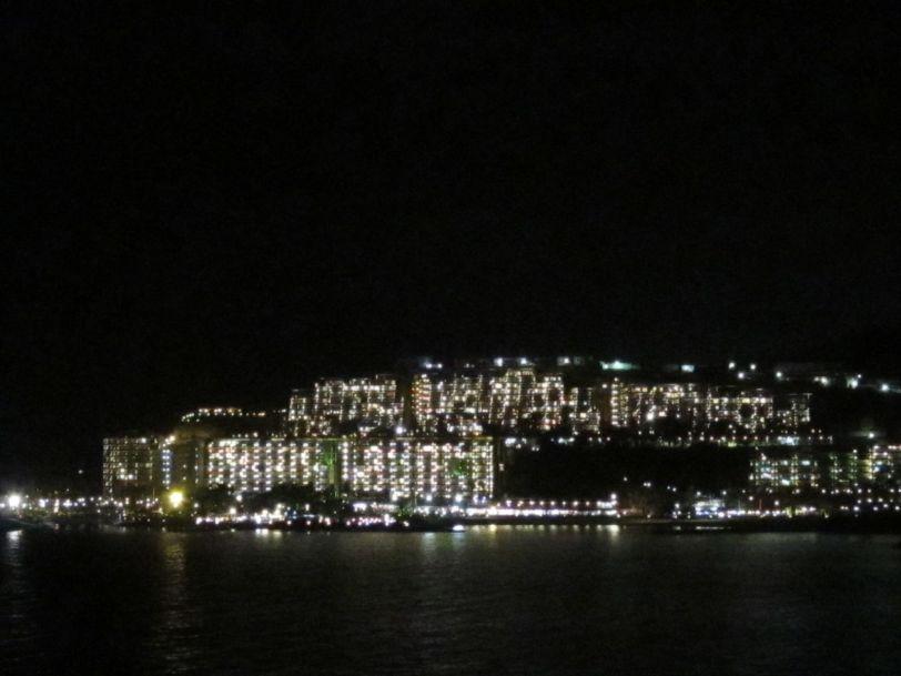 Anfi del Mar lyser i mørket som et skip.