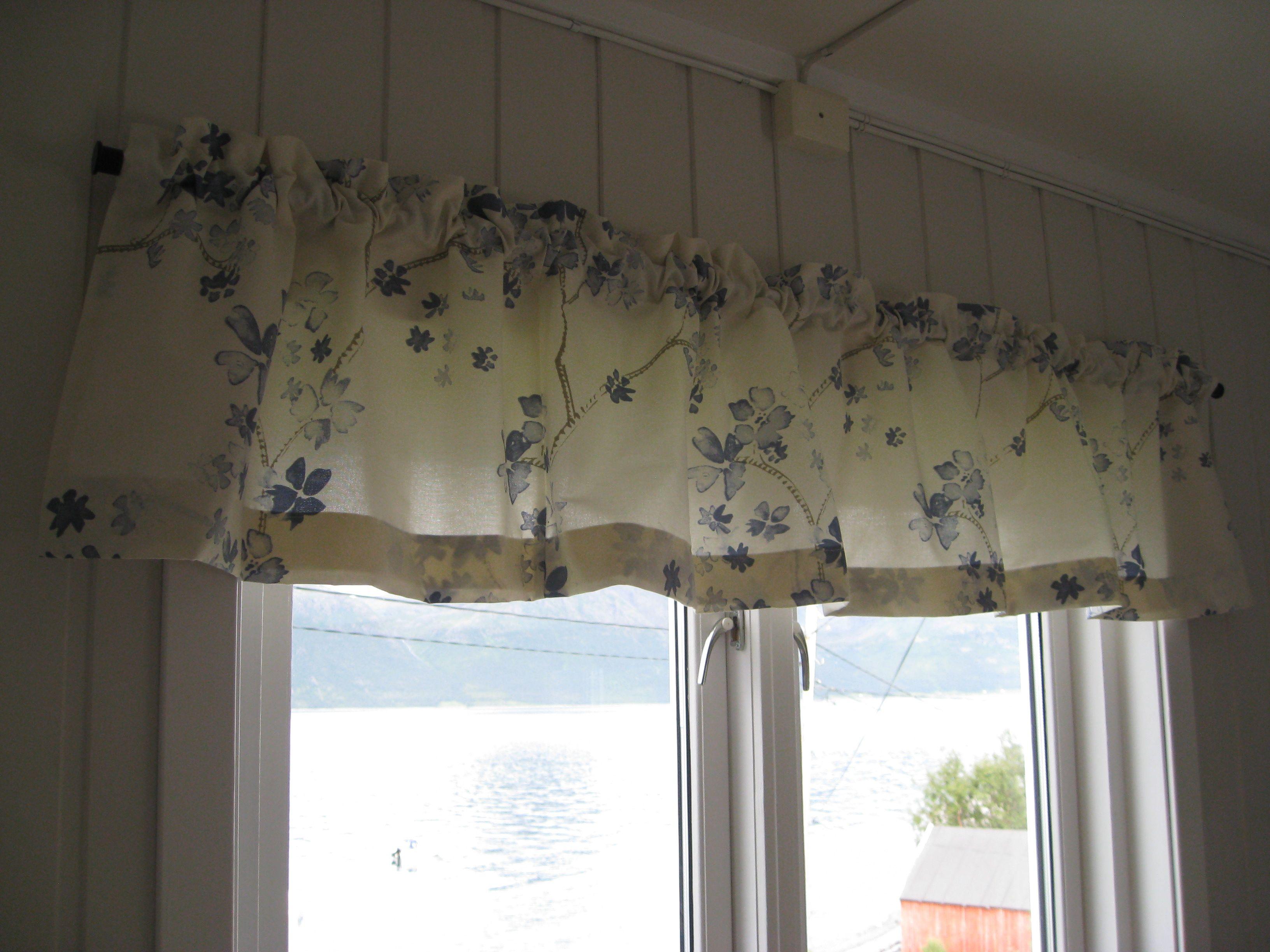 Nye kjøkkengardiner kom opp i dag, omsydd av gamle gardiner fra ...