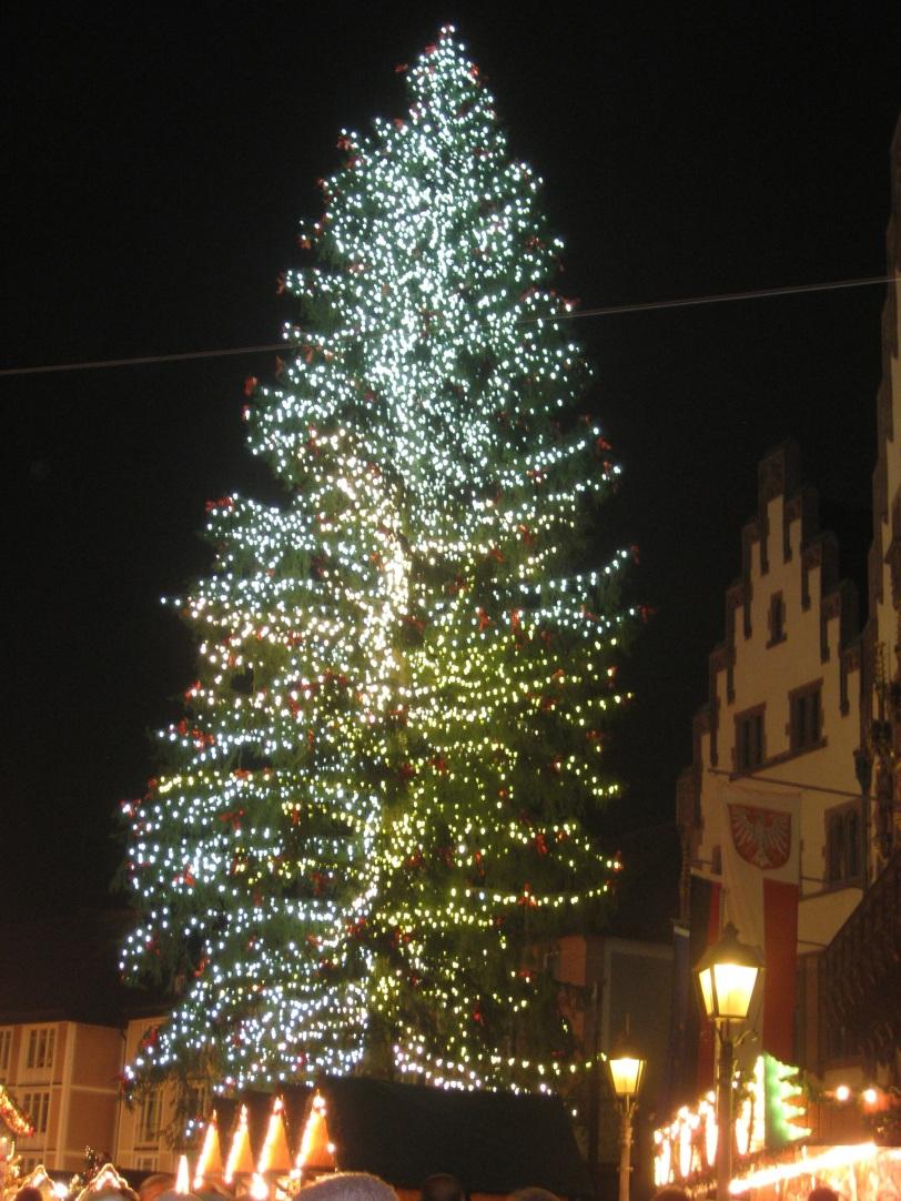 Juletreet i Frankfurt.Det er 28 meter høyt og har over 5000 lys. Lurer på hvordan de får alle på plass?