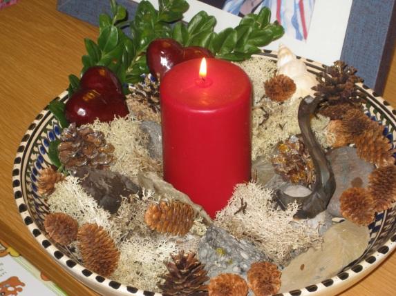 Juledekorasjon i all enkelhet med stein fra hist og her i verden, kongler fra tunet på hytta og skarven fra Sund i Lofoten.