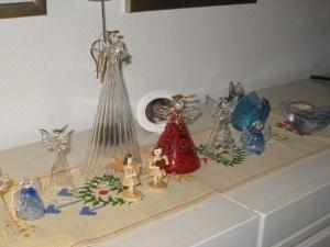 Englekoret er på plass. Det samme er en liten, ekte juleengel halvt skjult i bilderamma bak.