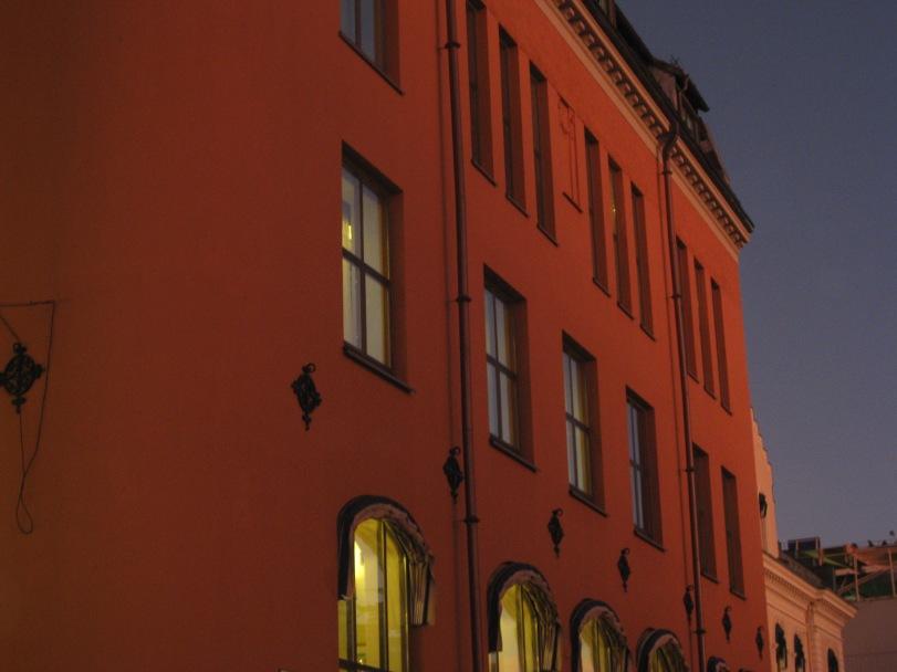 """Den gamle """"rødbanken"""" ligger badet i det rosa lyset."""