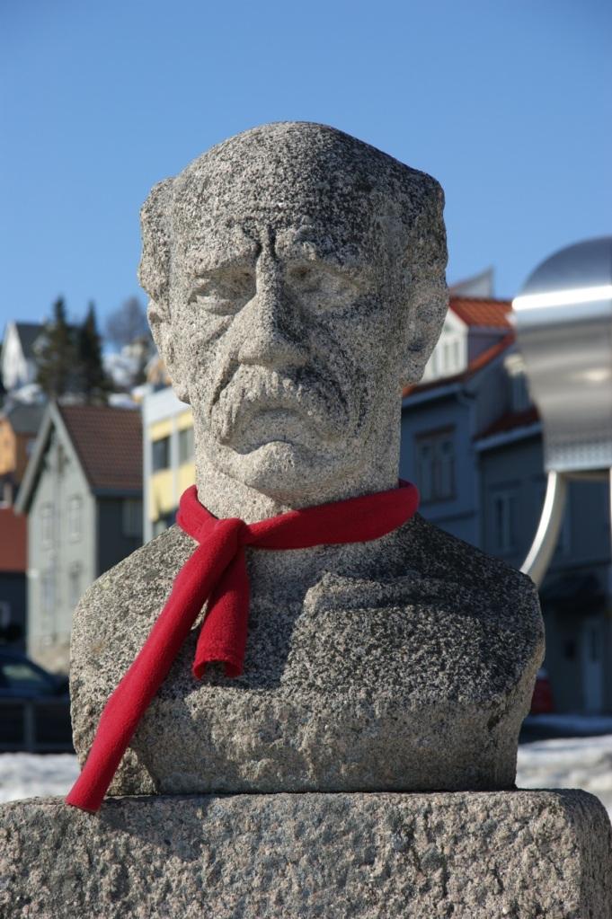 En riktig sur vind i dag og noen har vært så vennlig å låne Nansen et skjerf.