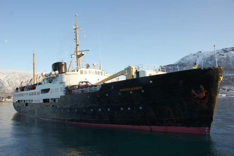 Ved hjelp av ankeret snur hun seg pent rundt og glir inn mot kaia i Tromsø.
