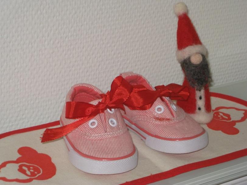 Et par røde sløyfer og vips! er barneskoene blitt en søt juledekorasjon.