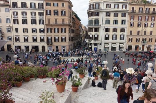 Utsikt fra Spansketrappen. Gaten som går rett fram på bildet er en av Romas eksklusive handlegater, Via Condotti.
