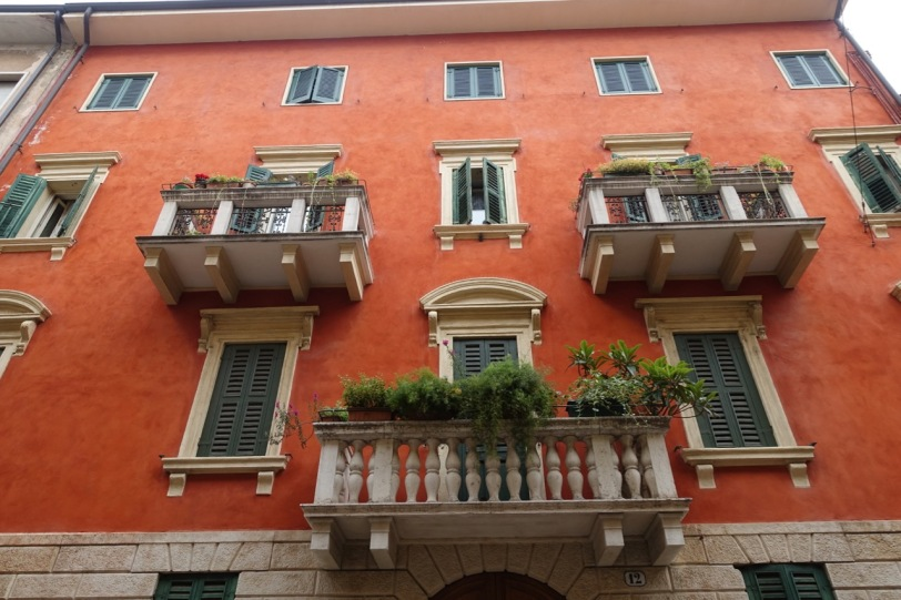 Rød fasade med balkonger